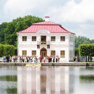 На фото: дворец Марли Нижнего Парка Петергофа в пригороде Санкт Петербурга (Россия)