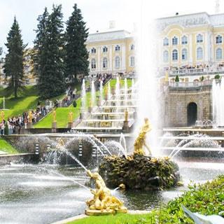 На фото: летний солнечный день, фонтан Самсон, раздирающий пасть льва, в Нижнем Парке Петергофа в пригороде Санкт Петербурга (Россия)