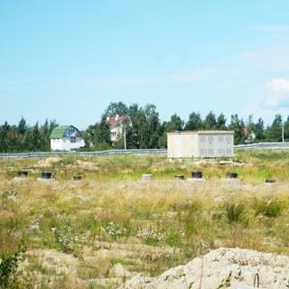 На фото: часть земельного участка, примыкающая к территории малоэтажной жилой застройки, участок - луговой, на участке - трансформаторная подстанция