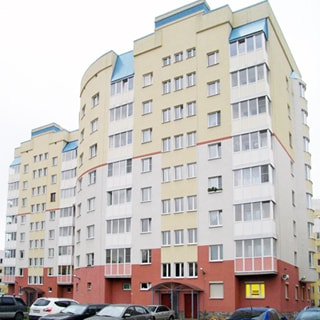 На фото: фасад восьмиэтажного многоквартирного жилого дома, застекленные балконы и лоджии, парадная под козырьком, на придомовой территории припаркованы автомобили