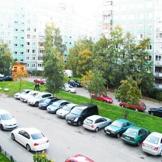 На фото: вид из окна во двор, благоустроенный двор, асфальтированные тротуары и внутридомовые проезды, место для парковки автомобилей, газоны, деревья, припаркованные автомобили