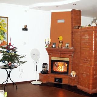 Жилой дом 81 кв.м на 21 сотке ЛПХ в Отрадном (Сланцевский) продается. Гостиная с камином