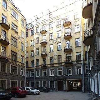 Четырехкомнатная квартира 95 кв.м на Конной улице (Центральный, МО-80, Смольнинское) продается. Во дворе - детская площадка, есть возможность парковки
