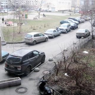 На фото: вид из окна на придомовую территорию, газон, тротуар, внутридворовые проезда с припаркованными автомобилями, большой двор, детская площадка
