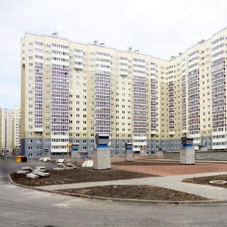 На фото: фасад современного 17-этажного дома со стороны двора, застекленные балконы, благоустроенный двор, газоны, пешеходные дорожки, возможмости для парковки