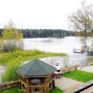Современный коттедж 313 кв.м на 17 сотках ИЖС в Рощино (Выборгский) продается. Вид с балкона: беседка, мангал, свой выход к озеру