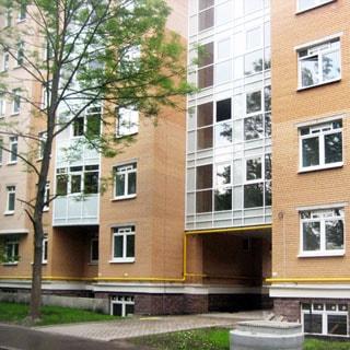 Новая двухкомнатная квартира 81м на Конюшенной улице в Павловске (Пушкинский) продается. Фасад дома, вход со двора