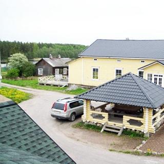 На фото: часть общей дворовой территории хутора, беседка, подъездная асфальтированная дорожка, соседний финский дом, на заднем плане - Вуокса, лес