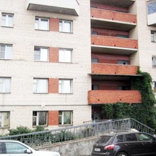 Однокомнатная квартира 47 кв.м на Шлиссельбургском проспекте (Невский, МО-52, Рыбацкое) продается. Фасад дома, вход оборудован пандусом