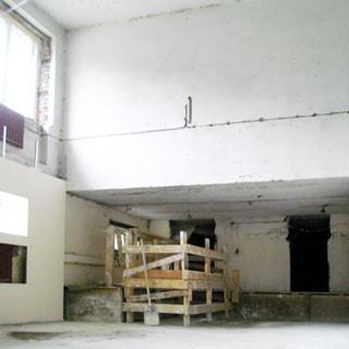 На фото: помещение со вторым светом, два окна в двух уровнях, ремонт не закончен