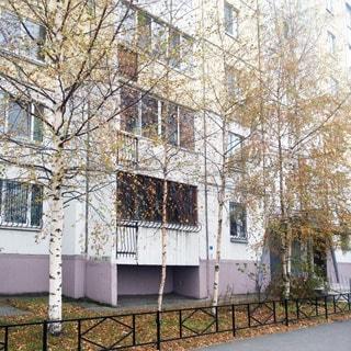Трехкомнатная квартира 90 кв.м на Комендантском проспекте (Приморский, МО-69, Юнтолово) продается. Фасад дома, вход - с улицы