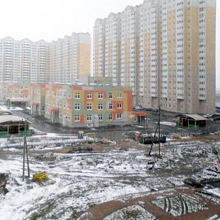 Новая квартира-студия 27(18) кв.м на Парашютной улице (Приморский, МО-70, Коломяги) продается. Большой благоустроенный двор - вид из окна
