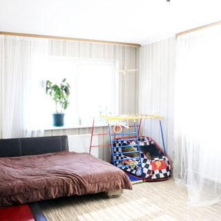 На фото: чистая светлая комната, два окна, мягкая мебель, детский спортивный уголок.