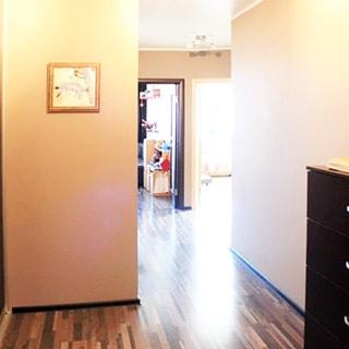 На фото: часть прихожей и коридора, справа у стены - комод, полы - ламинат.