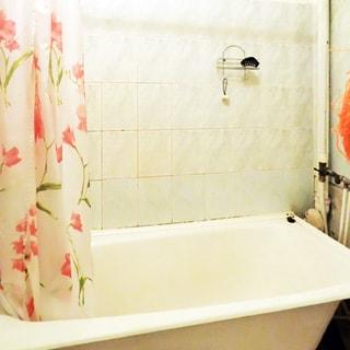 На фото: ванная комната, ванная, стены - керамическая плитка.