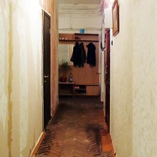 На фото: коридор, слева - металлическая входная дверь в комнату, справа - вход в другую комнату, полы - паркет.