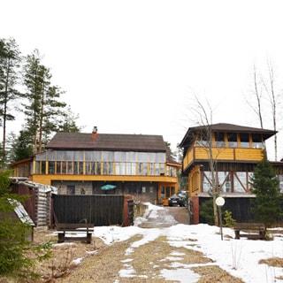 Жилой комплекс 500 кв.м на берегу Лемболовского озера продается. Фасад комплекса со стороны озера