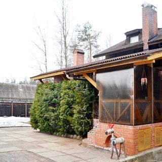 Жилой комплекс 500 кв.м на берегу Лемболовского озера продается. Участок (двор) вымощен