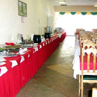 На фото: обеденный зал, слева - столы для выбора блюд по принципу шведского стола, справа - обеденная зона со столами и стульями