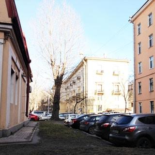 Комната 14 кв.м в 4-комнатной квартире на Большой Охте (Красногвардейский, МО-33, Большая Охта) продается. Двор - с возможностью парковки