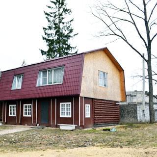 Жилой дом 120 кв.м на участке 15 соток ИЖС в городе Сланцы продается. Фасад дома