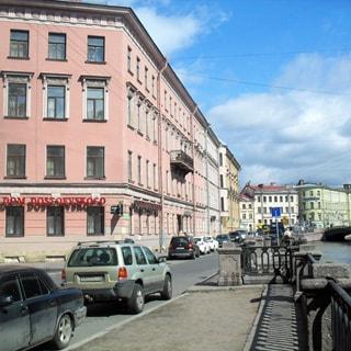 На фото: жилой дом, часть фасада по Казначейской улице, часть фасада - по набережной канала Грибондова, набережная, канал Грибоедова