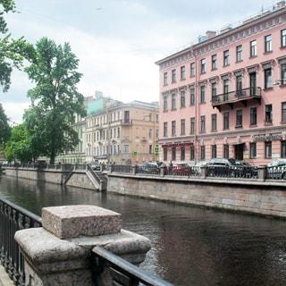 На фото: вид на канал Грибоедова и на фасад дома с набережной напротив