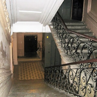 На фото: широкая парадная лестница, пассажирский лифт с раздвижными дверями