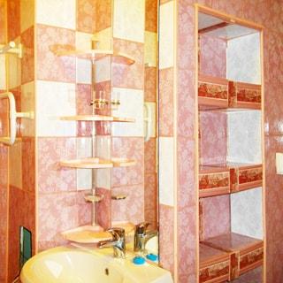 На фото: часть санузла, раковина со смесителем, большое зеркало, полки, стены - керамическая плитка