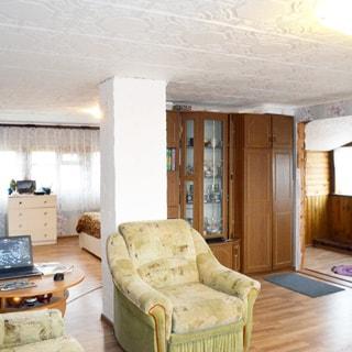 На фото: внутреннее помещение - холл-гостиная, мягкая мебель, шкаф-стенка, комод, журнальный столик, пол - ламинат, много окон и света