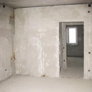 На фото: комната, часть прихожей и вторая комната с окном на заднем плане, состояние - под чистовую отделку, полы - цементно-песчаная стяжка