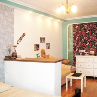 На фото от окна: комната, меблирована, диван, кровать, комод, пол - ламинат, стены частично окрашены, частично декорированы