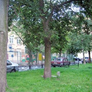 На фото: часть дворовой территории, примыкающая к детскому саду с огороженной детской игровой площадкой.