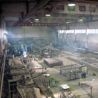 На фото: помещение цеха, сварочное и металлообрабатывающее оборудование, кран-балка, металлопродукция, заготовки, сырье