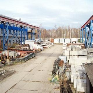 На фото: открытая площадка хранения, стойки мостового крана, железобетонные изделия, металлоконструкции, заготовки, материалы, сырье