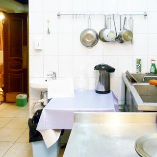 На фото: часть помещения для мойки посуды, стены облицованы плиткой, прямо у стены установлена раковина со смесителем для персонала, справа у стены ванны для мойки посуды, слева - проход в соседнее помещение