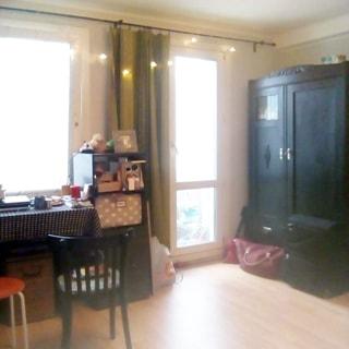 На фото: часть помещения жилой комнаты, окно и через простенок - балконная дверь, окно и дверь - стеклопакеты, справа от балконной двери у стены - двустворчатый платяной шкаф, слева у окна - письменный стол со стулом и тумба, полы - ламинат, на стене между окном и балконной дверью - точечные светильники